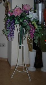 Букет от изкувствени цветя със стойка 2