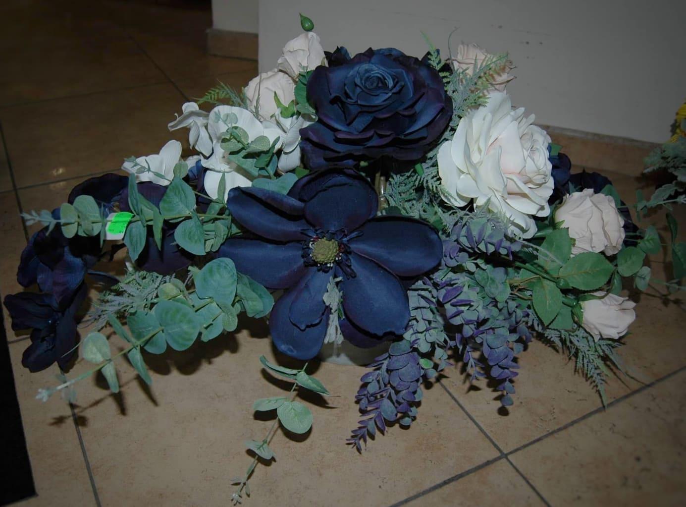 Аранжировка със сини хортензии 3