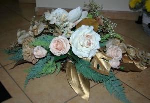 Аранжировка в златно с изкувствени рози